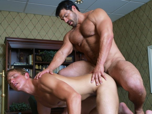 Bodybuilder Vince Ferelli Fucks Hottie Landon Mycles